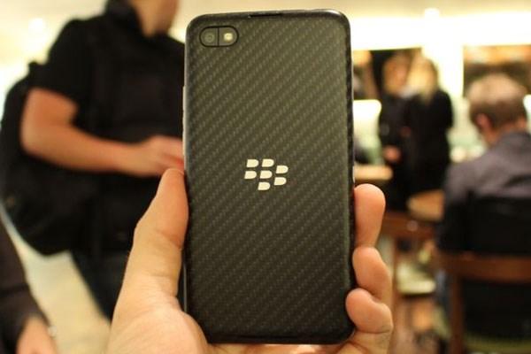 Mặt sau BlackBerry Z30 được thiết kế vân nổi khá đẹp mắt