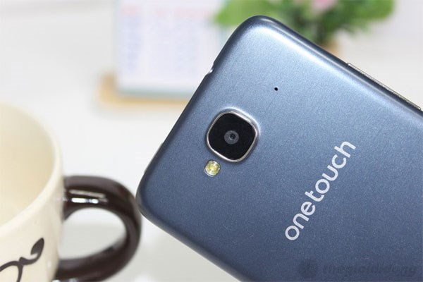 Mặt sau của Alcatel One Touch Idol Mini là camera 5 MP