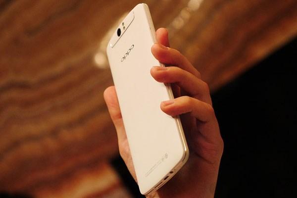 Dù màn hình đến 5.9 inch nhưng cầm Oppo N1 vẫn rất vừa tay