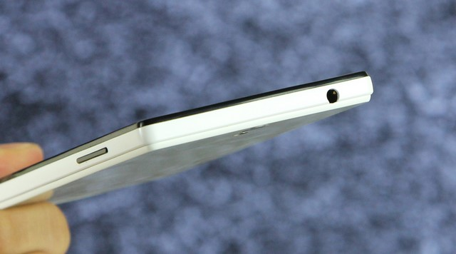 Vị trí jack cắm tai nghe 3.5mm nằm ở cạnh trên