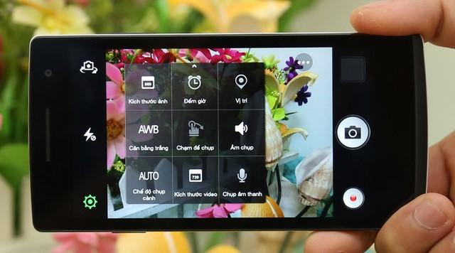 Camera sau có độ phân giải 8MP (3264x2448 pixels) hỗ trợ đèn flash và nhiều tính năng hình ảnh khác