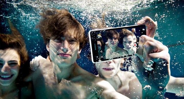 Khả năng quay phim 4K và chụp hình dưới nước nhờ phím cứng camera vẫn được giữ nguyên trên Xperia Z2