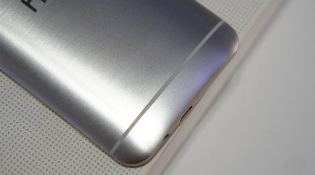 Jack cắm tai nghe 3.5 mm và công MicroUSB nằm ở cạnh dưới