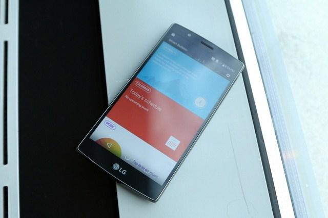 LG G4 sử dụng màn hình lượng tử cho độ sáng đều, ít hao tốn điện năng của máy, tuy nhiên hiển thị dưới nắng chưa tốt