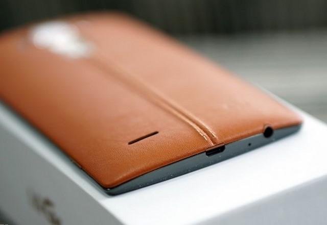 Nắp lưng của LG G4 Dual có thể tháo rời nhưng vẫn chắc chắn. Mặt lưng cong và vát mỏng dần về hai cạnh