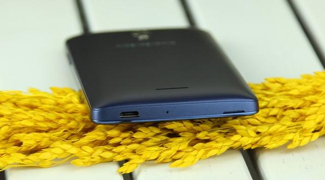 Cạnh dưới có jack sạc đồng thời là cổng Micro USB
