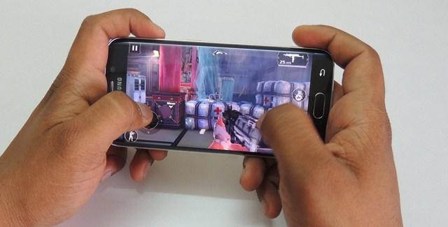 Màn hình kích thước 5.1 inch, sử dụng công nghệ Super AMOLED cùng chip đồ họa Mali-T760 để có thể gánh video định dạng 2K, hỗ trợ tốt các game nặng