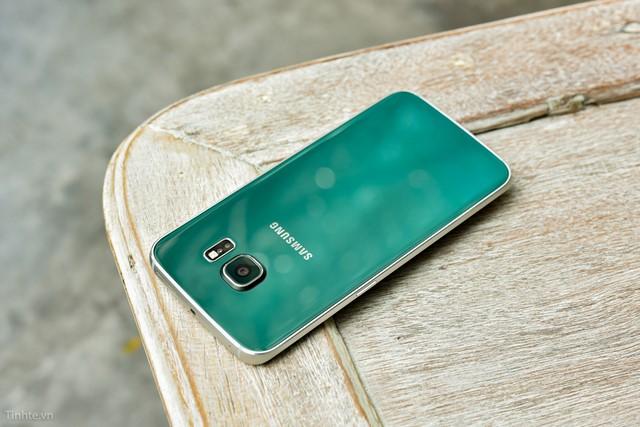 Mặt sau của Samsung Galaxy S6 Edge gồm camera chính 16MP, cụm đèn Flash và cảm biến đo nhịp tim