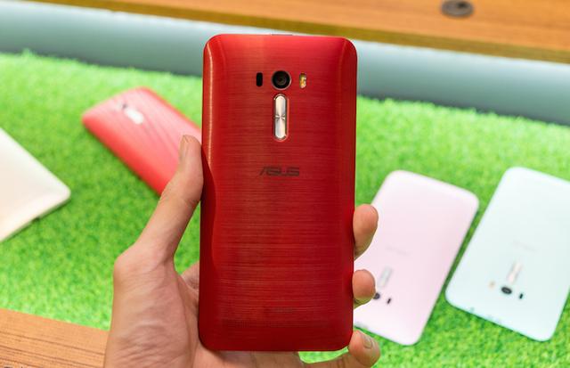 Phím âm lượng đã được gia cố vào mặt lưng máy, ngay dưới camera, khá giống với LG G3.