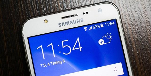 Camera trước cùng Flash trợ sáng của điện thoại Samsung Galaxy J7