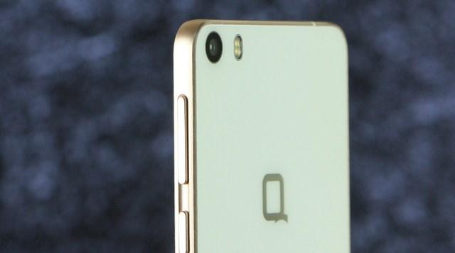 Cạnh trái khá thoáng, khi chỉ bố trí khe SIM và hơi lỡm vào, cũng cần sử dụng cây chọc SIM để tháo nắp bảo vệ như iPhone.