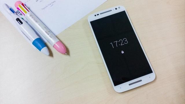 Với cảm biến mặt trước sẽ biết được khi bạn nhìn lại gần hoặc cầm điện thoại sẽ sáng màn hình tắt hiển thị giờ và thông báo rất nhanh