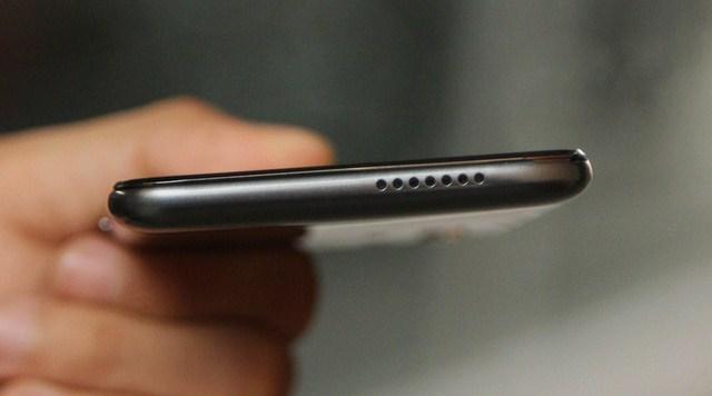 Cạnh dưới có các lỗ loa đục giống iPhone 6