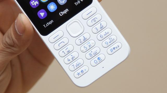 Bàn phím của máy được làm khá rời xa nhau để bạn dễ ấn mà không bị nhầm lẫn, phím nhô cao hơn để ấn tốt hơn