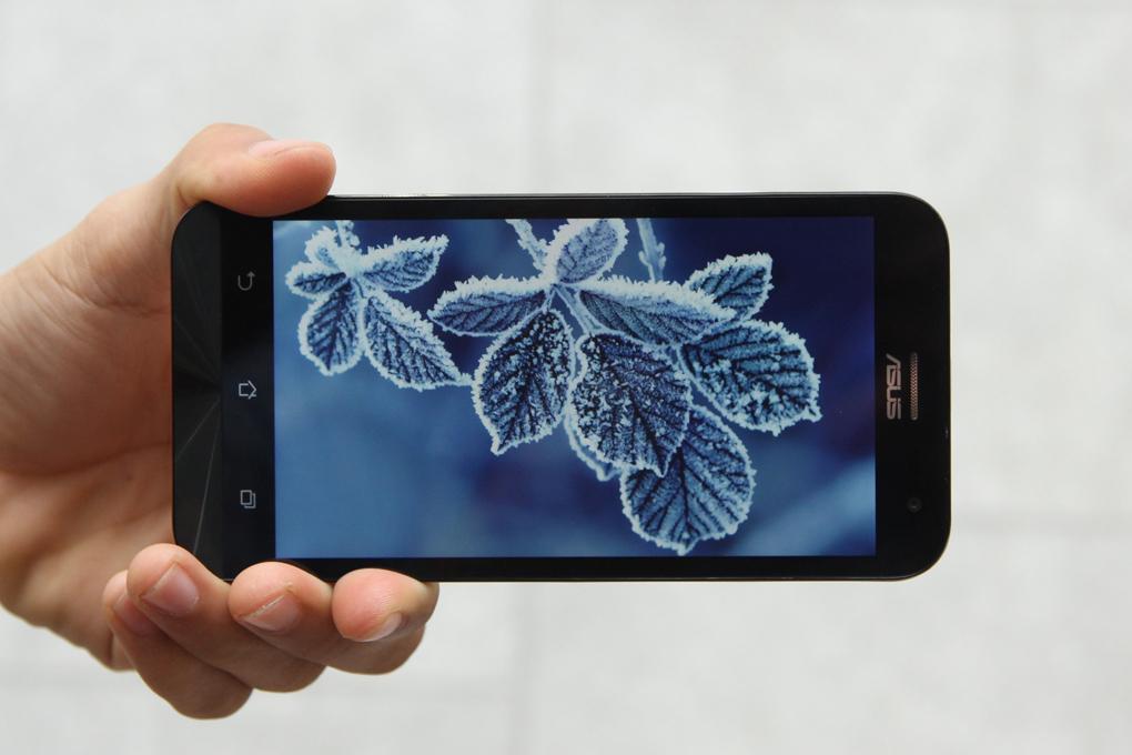 Chất lượng hiển thị vẫn rất ấn tượng với độ phân giải HD, màn hình LCD do đó sử dụng ngoài trời sẽ có hiện tượng chói và lóa