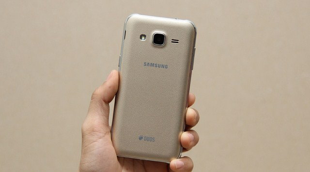 Mặt lưng được thiết kế giả da nhìn khá giống với Galaxy Note 4