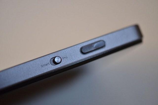 Ngoài nút nguồn và nút tăng giảm âm lượng, Lenovo thiết kế thêm nút chuyển chế độ chụp ảnh và nút chụp nhanh