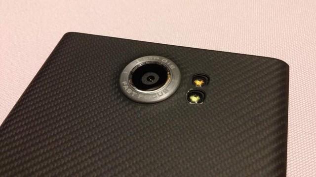 Tính nâng Fast Focus - lấy nét nhanh, được nhấn mạnh ngay trên camera sau của BlackBerry Priv