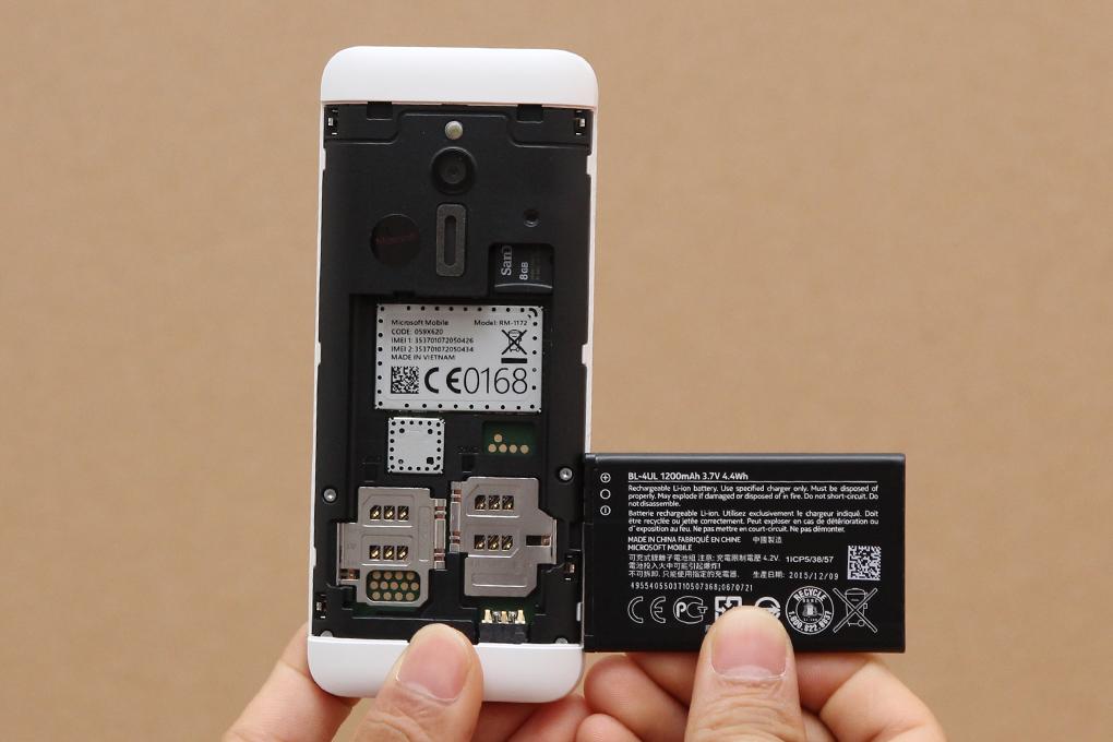 Máy có các giải trí đa phương tiện cho người dùng như nghe radio, nghe nhạc, gắn thẻ nhớ tối đa 32 GB, sử dụng 2 sim và kết nối mạng 3G, bluetooth và có sẵn Facebook