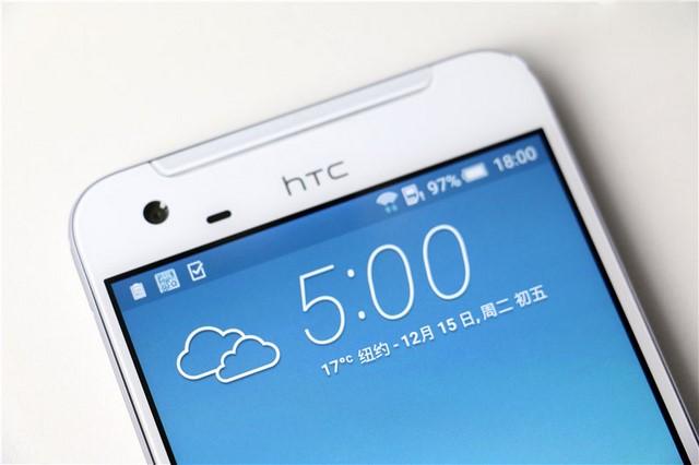 Logo HTC đã được chuyển lên cạnh trên cùng, cạnh viền máy mỏng khiến màn hình trông khá rộng