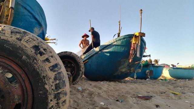 Khung cảnh lao động của ngư dân làng chài