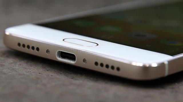 Cổng kết nối USB Type-C, cho người dùng sử dụng dễ dàng, tiện lợi.