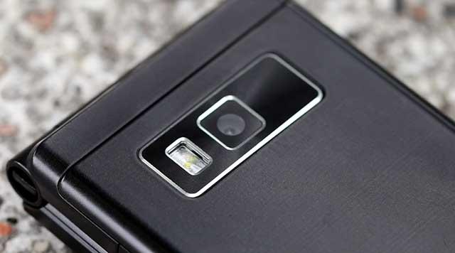 Camera sau hỗ trợ thêm đèn flash