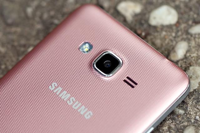 Samsung Galaxy J2 Prime - Mặt lưng có các họa tiết in chìm