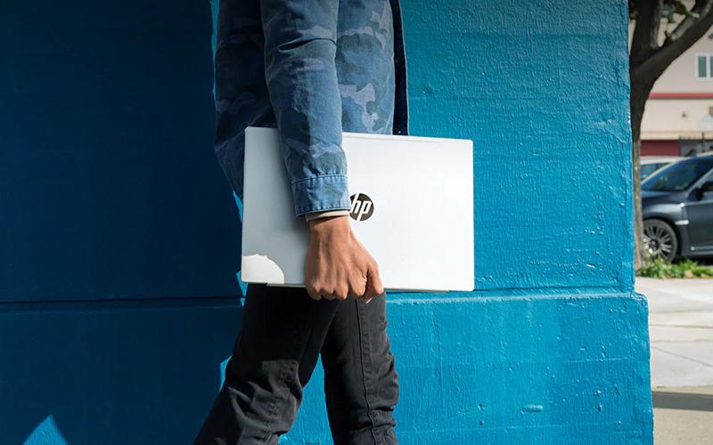 Trọng lượng gọn nhẹ của Laptop 2 trong 1 HP Pavilion x360 cd1018TU
