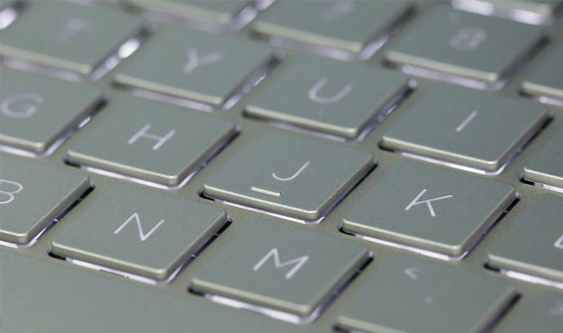 Laptop HP Envy 13 ah1010TU có đèn nền ánh sáng dịu nhẹ