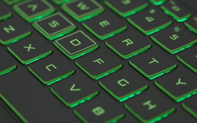 Laptop HP Pavilion 15 cx0182TX có đèn bàn phím, touchpad rộng rãi