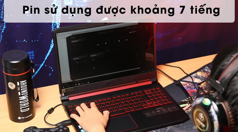 Laptop Acer Nitro AN515 có pin dùng được khoảng 7 tiếng