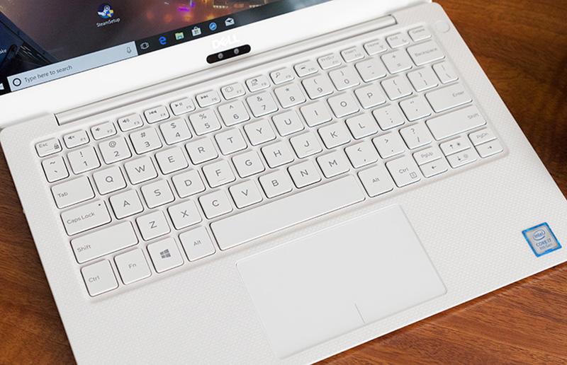 Laptop Dell XPS13 có chiếu nghỉ tay được phủ vân cacbon chắc chắn.