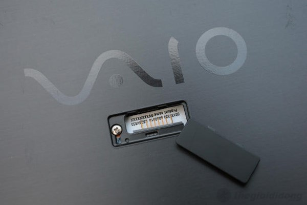 Nơi tiếp nhận chiếc pin thứ 2 của Sony Vaio Pro 11