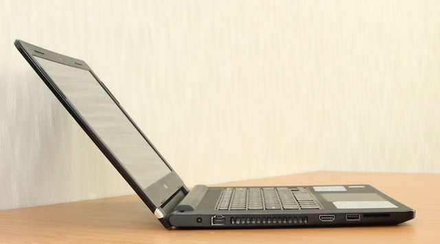 Cạnh trái có jack sạc, cổng LAN, cổng HDMI, 1 cổng USB 3.0 với tốc độ truyền tải, đọc dữ liệu nhanh gấp 10 lần cổng 2.0 thông thường và khe cắm thẻ nhớ. Ngoài ra còn có cửa quạt gió. Sản phẩm không tích hợp ổ dĩa quang.