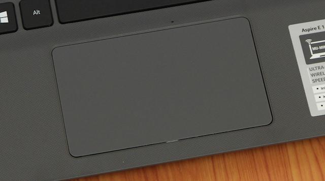 Touchpad của máy được làm rất rộng và đồng nhất
