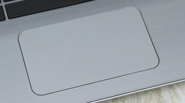 Touch Pad làm ẩn đi phím trái phải nhưng vẫn không gây sự khó khăn nào khi thao tác của người dùng.
