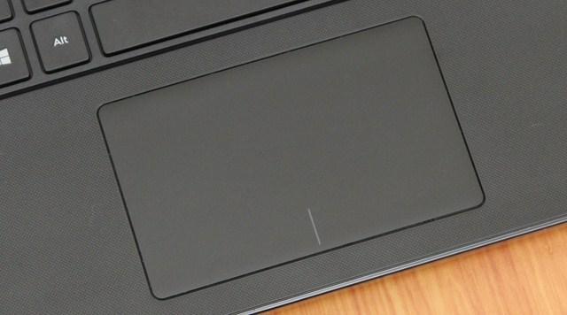 Touchpad được làm phẳng nhưng vẫn có hai nút chuột trái, phải ẩn bên dưới
