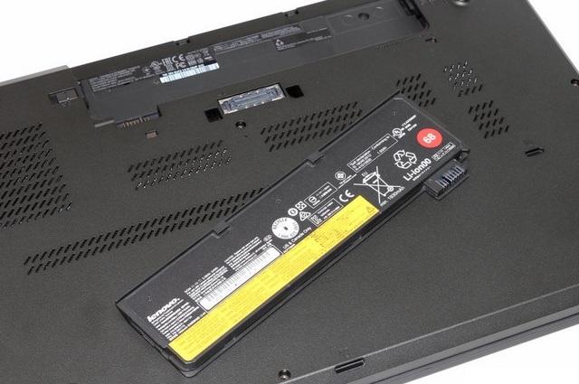 Viên pin mỏng phù hợp với thân máy, có thể tháo rời