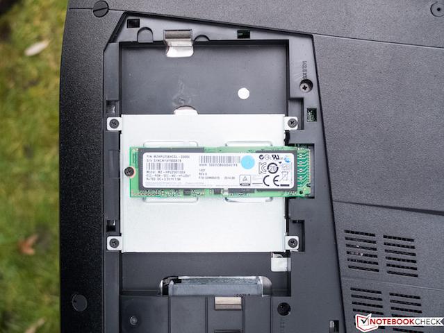 Máy còn có khe ổ cứng định dạng M.2 SSD giúp tải các game nặng nhanh hơn