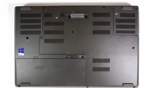 Mặt dưới của máy có nhiều khe tản nhiệt