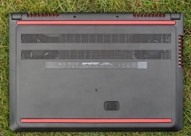Dải khe tản nhiệt dưới thân máy rộng, hai thanh đệm cao su tạo độ bám chắc