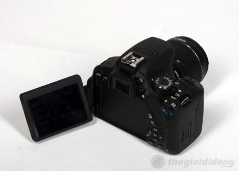 Máy ảnh Canon EOS 650D với màn hình LCD có khớp xoay tiện dụng.