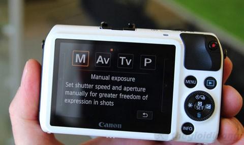 Canon EOS M - màn hình LCD độ phân giải 1,04 triệu điểm ảnh