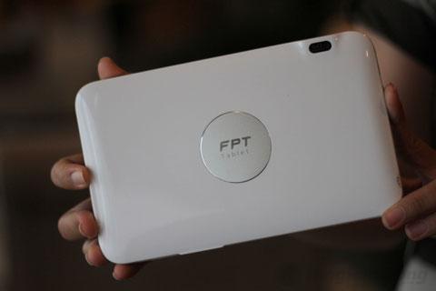 Mặt sau FPT tablet với logo được thiết kế lồi