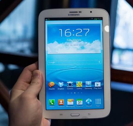 Viền bezel với kích thước hợp lý giúp người dùng không chạm tay vào màn hình khi cầm Galaxy Note 8.0