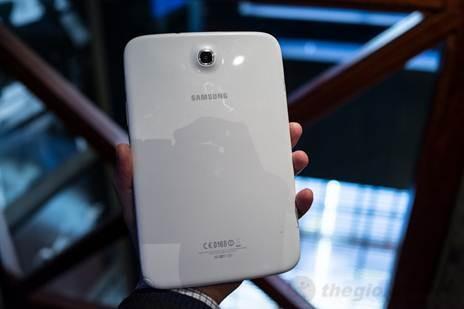 Mặt sau Galaxy Note 8.0 khá bóng bẩy với camera 5.0 Mpx
