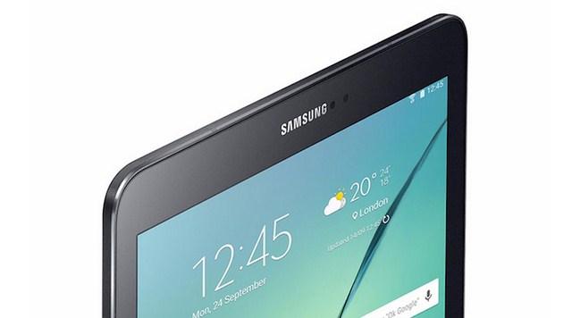 Phía trên màn hình chúng ta có loa thoại cũng như các cảm biến và camera trước. Cạnh trên thiết kế trơn.
