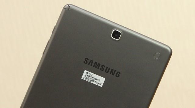 Mặt lưng có 2 lỗ nhỏ dùng để gắn bao da chính hãng của Samsung