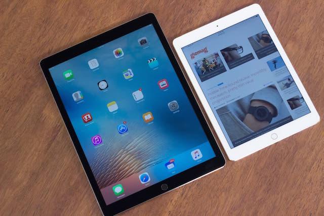 Nếu bạn nghĩ những chiếc iPad trước đây là đã to thì hãy so sánh với iPad Pro 12.9 inch (màu trắng là iPad Air 2)